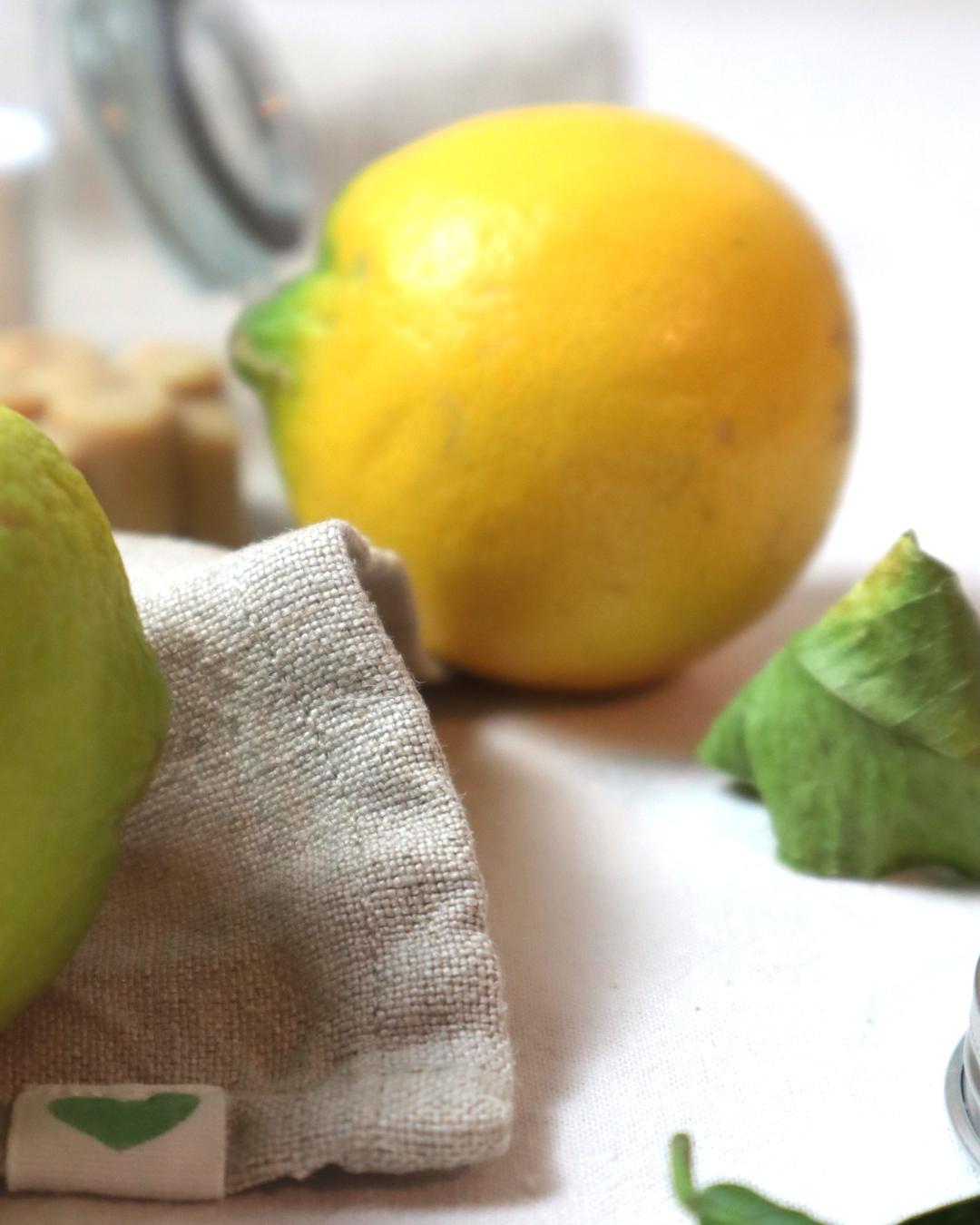 Selbstgemachte Bodybutter - Zitronen auf einem Leinenstoff