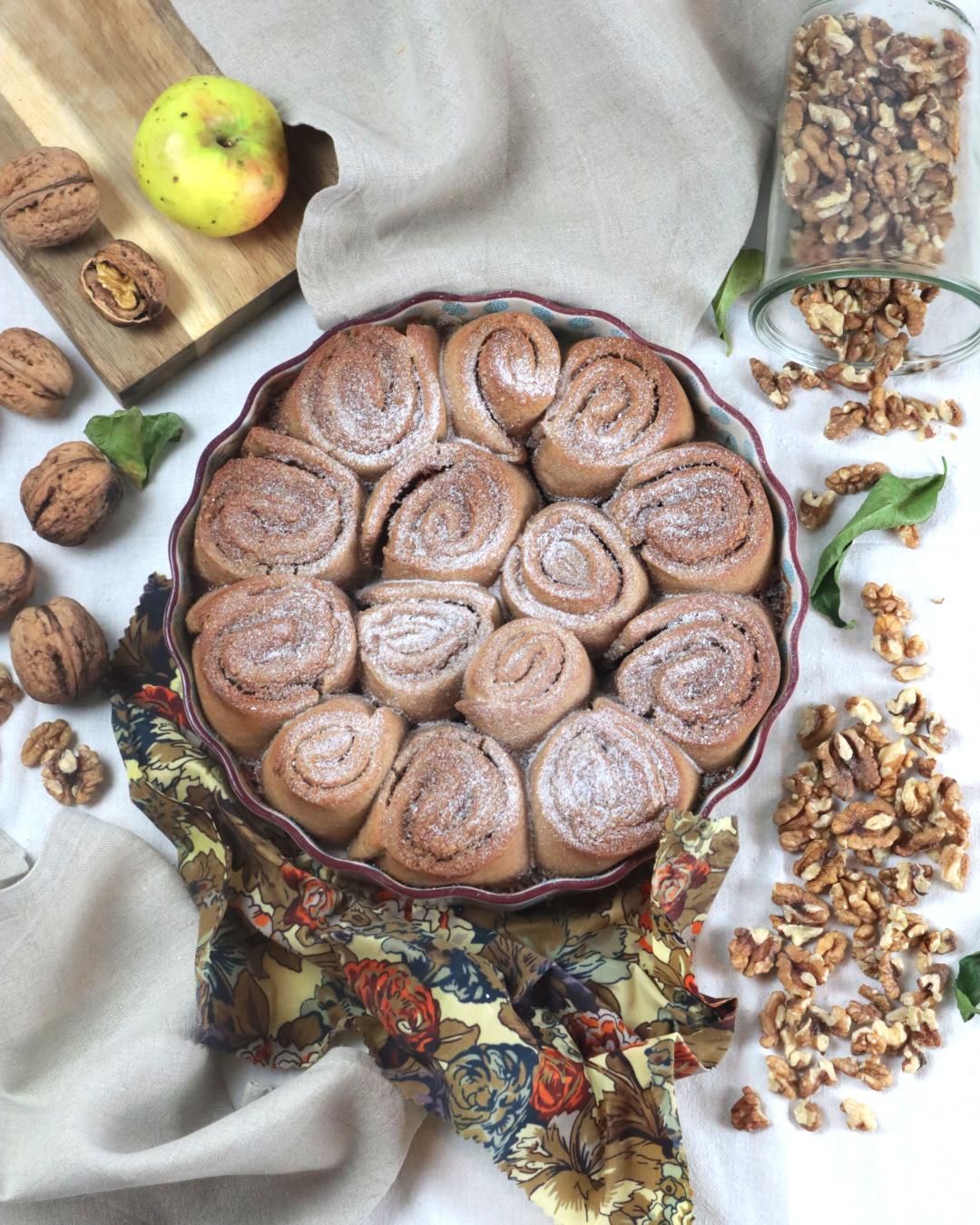 Zimtschnecken in einer runden Auflaufform