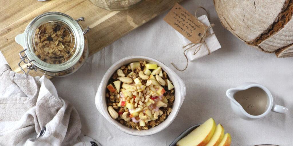 Granola im Glas am Frühstückstisch