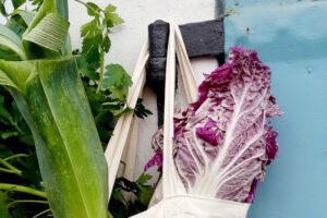 Verpackungsfrei eingekauftes Gemüse in einem Jutebeutel