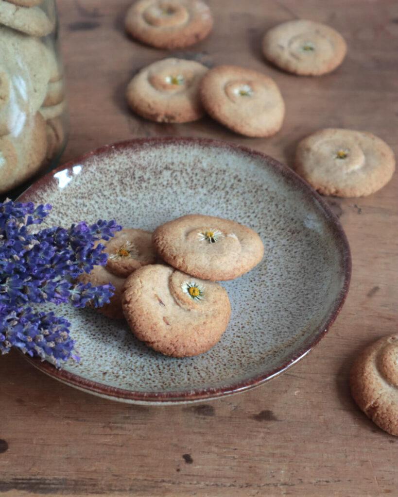 Wiesenkekse auf einem Teller, mit Lavendelblüten