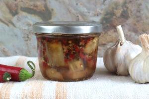 Eingekochte Chili-Honig-Auberginen im Glas